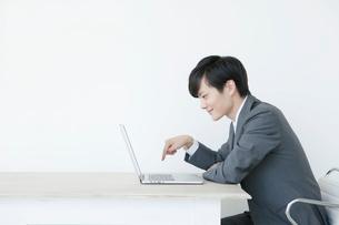 指でキーボードを打つヤングビジネスマンの写真素材 [FYI01735430]