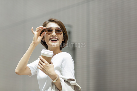 笑顔のビジネスウーマンの写真素材 [FYI01735460]