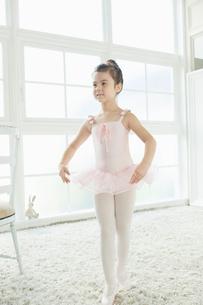 バレエ教室の女の子の写真素材 [FYI01735467]