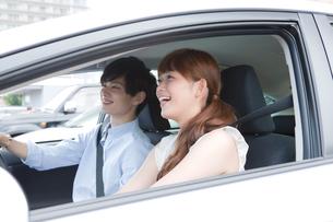 ドライブを楽しむ20代カップルの写真素材 [FYI01735475]