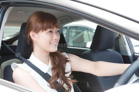 運転をする20代女性の写真素材 [FYI01735499]