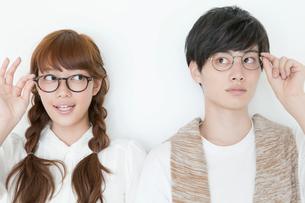 眼鏡姿の20代男性と女性の写真素材 [FYI01735505]