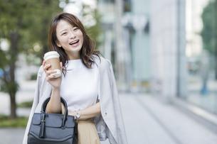 笑顔の若いビジネスウーマンの写真素材 [FYI01735510]