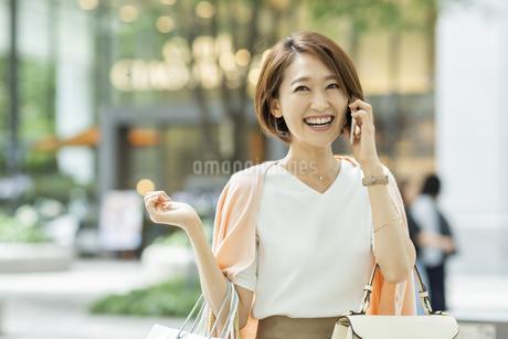 電話をする女性の写真素材 [FYI01735514]