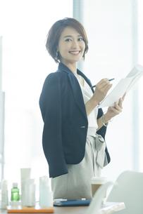 笑顔のビジネスウーマンの写真素材 [FYI01735532]