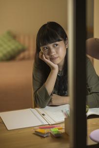 机で勉強をする女の子の写真素材 [FYI01735550]