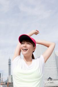 ストレッチをする若い女性の写真素材 [FYI01735552]