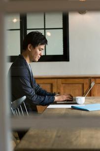 パソコンを操作する30代男性の写真素材 [FYI01735578]