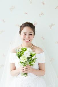 ブーケを持つ笑顔の花嫁の写真素材 [FYI01735624]