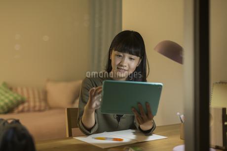 タブレットPCで勉強をする女の子の写真素材 [FYI01735664]