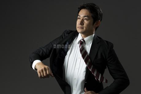 上着を羽織るビジネスマンの写真素材 [FYI01735677]