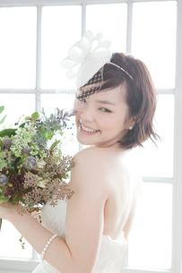 ブーケを持つ花嫁の写真素材 [FYI01735678]