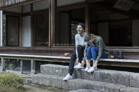 縁側に座る外国人の男女の写真素材 [FYI01735688]