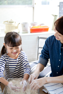 食事の準備をする母と娘の写真素材 [FYI01735711]
