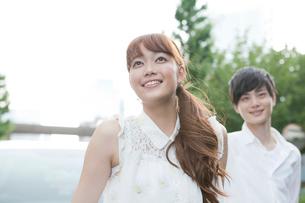 笑顔の20代女性と男性の写真素材 [FYI01735720]