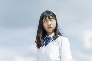 遠くを見つめる女子学生の写真素材 [FYI01735736]