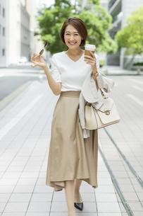 笑顔のビジネスウーマンの写真素材 [FYI01735792]
