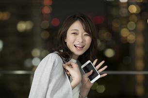手を振って笑顔のビジネスウーマンの写真素材 [FYI01735880]