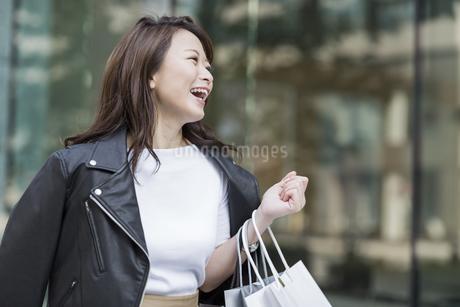 ショッピング楽しむ若い女性の写真素材 [FYI01735884]
