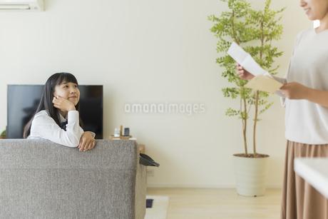 母親に成績表を見せる女の子の写真素材 [FYI01735888]