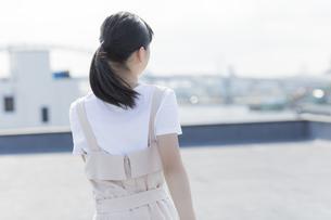 屋上で走る女の子の後姿の写真素材 [FYI01735904]