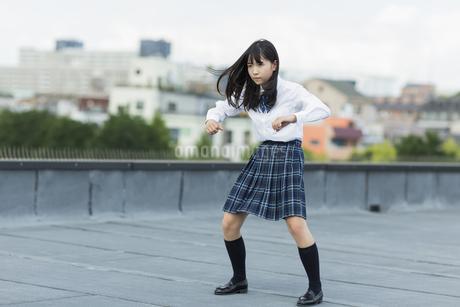 ダンスの練習をする女子学生の写真素材 [FYI01735921]