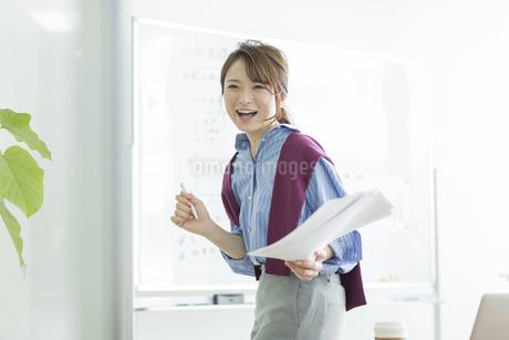 笑顔のビジネスウーマンの写真素材 [FYI01735930]
