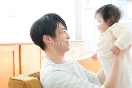 赤ちゃんをだっこする父親の写真素材 [FYI01735971]