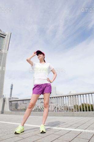 遠くを見つめる若い女性の写真素材 [FYI01736024]