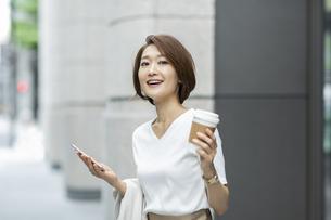 笑顔のビジネスウーマンの写真素材 [FYI01736034]