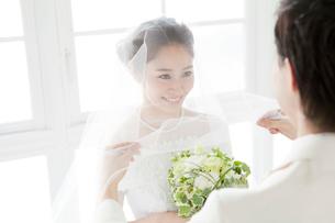 ベールを持つ新郎と笑顔の新婦の写真素材 [FYI01736059]