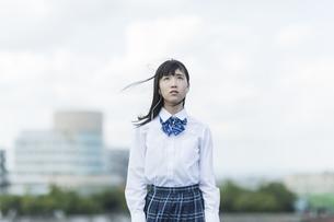 イヤホンで音楽を聴く女子学生の写真素材 [FYI01736063]