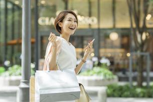 ショッピング楽しむ女性の写真素材 [FYI01736077]