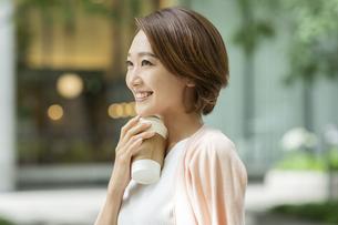 笑顔のビジネスウーマンの写真素材 [FYI01736078]