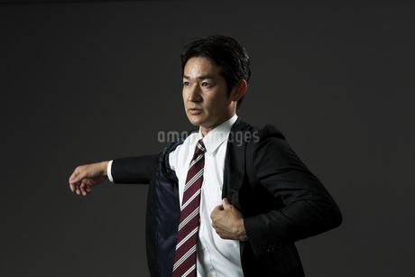 上着を羽織るビジネスマンの写真素材 [FYI01736089]
