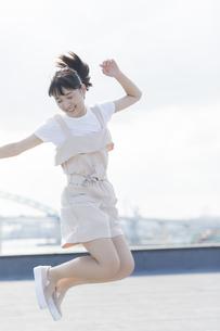 ジャンプをする女の子の写真素材 [FYI01736103]