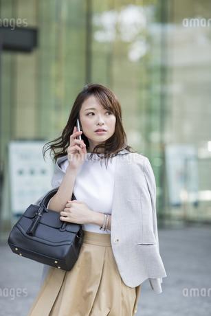 通話しながら歩くビジネスウーマンの写真素材 [FYI01736108]