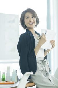 笑顔のビジネスウーマンの写真素材 [FYI01736113]