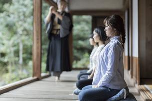 座禅をする若い女性の写真素材 [FYI01736134]