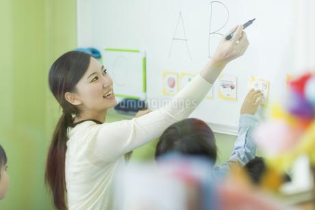 幼児に英語を教える先生の写真素材 [FYI01736142]