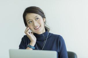 スマートフォンで通話をするビジネスウーマンの写真素材 [FYI01736174]