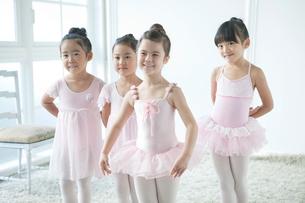 バレエ教室の4人の女の子の写真素材 [FYI01736178]