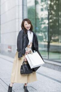 ショッピング楽しむ若い女性の写真素材 [FYI01736192]