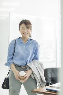 笑顔のビジネスウーマンの写真素材 [FYI01736205]
