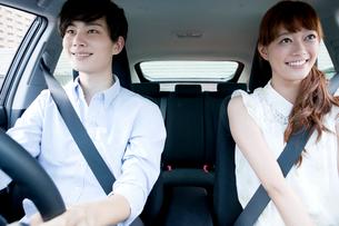 ドライブ中のカップルの写真素材 [FYI01736225]