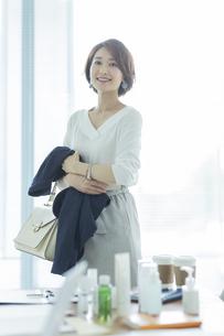 笑顔のビジネスウーマンの写真素材 [FYI01736235]