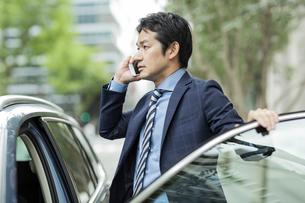 電話をするビジネスマンの写真素材 [FYI01736240]