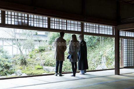 寺院を案内する住職と外国人の男女の写真素材 [FYI01736315]