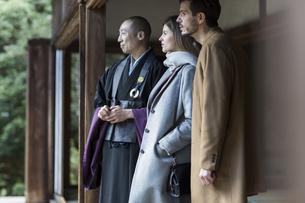 寺院を案内する住職と外国人の男女の写真素材 [FYI01736324]