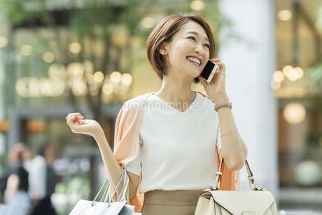 電話をする女性の写真素材 [FYI01736338]